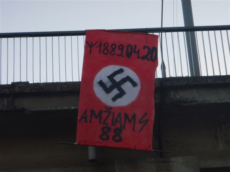 Ant Valakampių viaduko iškelta vėliava.