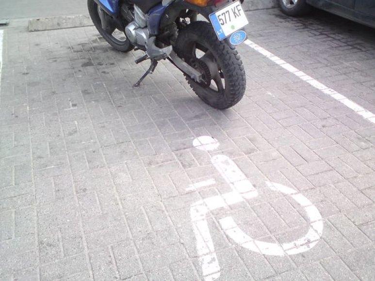 Motociklas neįgaliųjų vietoje