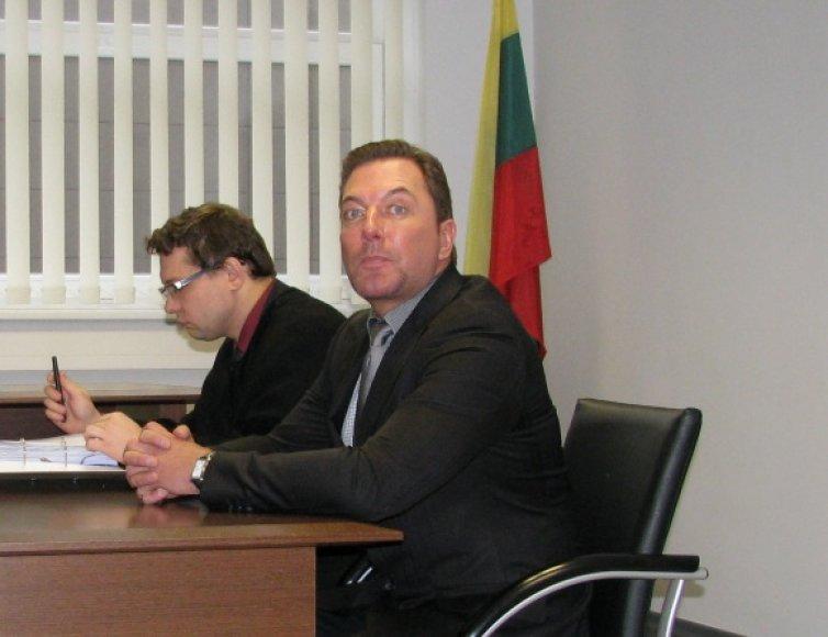 Marius Gelažnikas su advokatu teisme