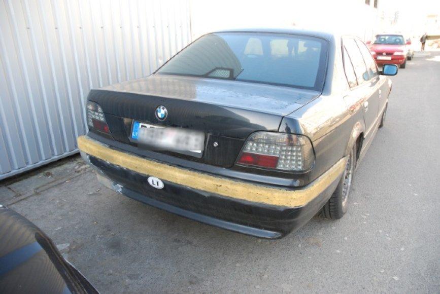 7-osios serijos BMW be mašinos statymo jutiklių juostos buferyje.