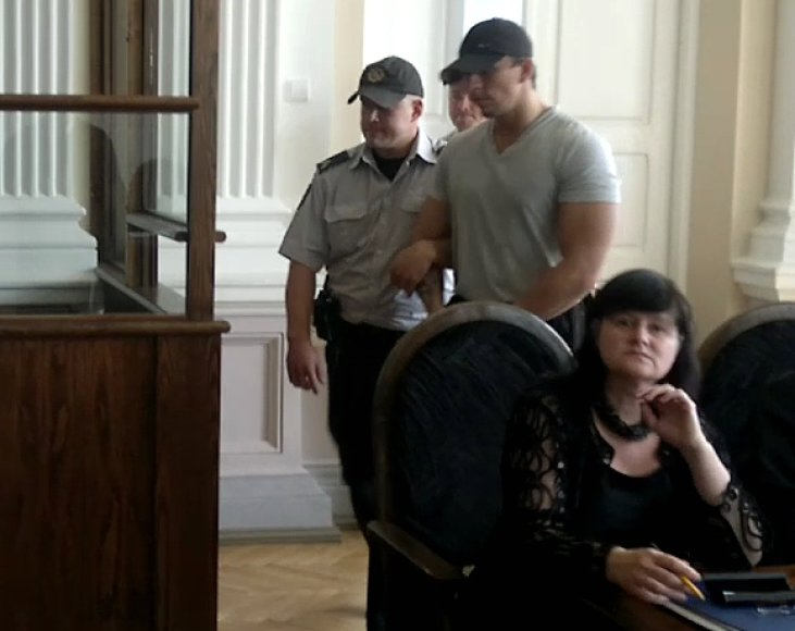 Vyro netekusi našlė Z.Žukovska 13 metų nelaisvės bausmę S.Nakučiui (atveda konvojaus pareigūnai) laiko tinkama, tuo tarpu nuosprendį kito kaltinamojo M.Kriūno atžvilgiu yra pavadinusi nebaudžiamumo propaganda.