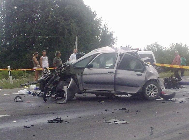 """Avariją patyręs lengvasis automobilis """"Citroen Xsara Picasso"""", kurio viena keleivė žuvo, o dar du buvo sužeisti."""