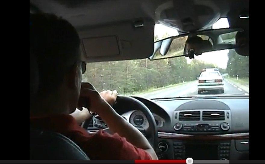 M.Juškauskas, kalbėdamas per garsiakalbį, persekioja ir stabdo policijos automobilį.