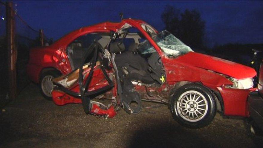 """Per avariją sudaužytas 1995 m. laidos automobilis """"Mazda 323""""."""