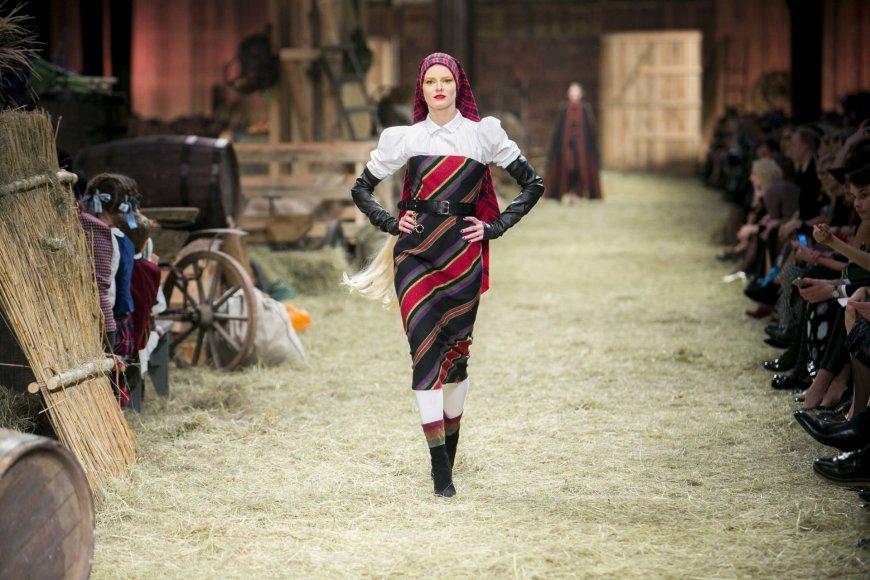 Irmanto Gelūno / 15min nuotr./Juozo Statkevičiaus 2017 m. pavasario-vasaros kolekcija ir suknelė, siūta iš Z.Paulikienės audinio