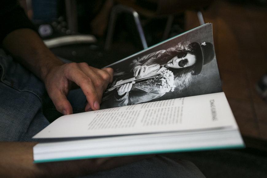 """Irmanto Gelūno / 15min nuotr./Romo Zabarausko knygos """"Lietuva atsiskleidžia: 99 LGBT+ istorijos"""" pristatymo akimirka"""