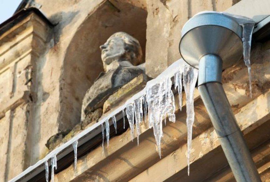 Sostinėje susirūpinta ant stogų atbrailų kabančiais lediniais varvekliais.