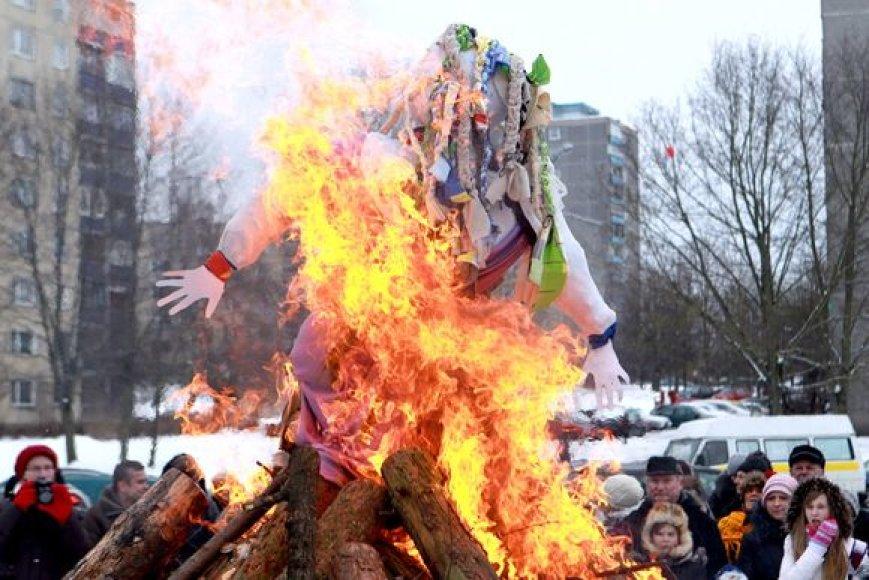 Sostinės seniūnijose švęsti Užgavėnių rinkosi persirengėliai, ant laužo liepsnojo Morė.