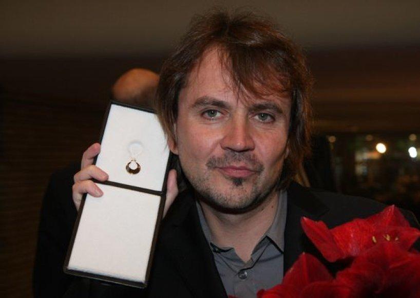 Oskaras Koršunovas matuojasi gautą Boriso Dauguviečio premiją-auskarą