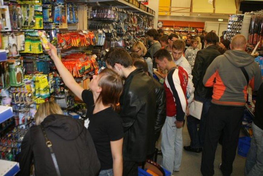 """Šeštadienį Vilniaus """"Akropolyje"""" įsikūrusios parduotuvės pirkėjus viliojo nuolaidomis."""