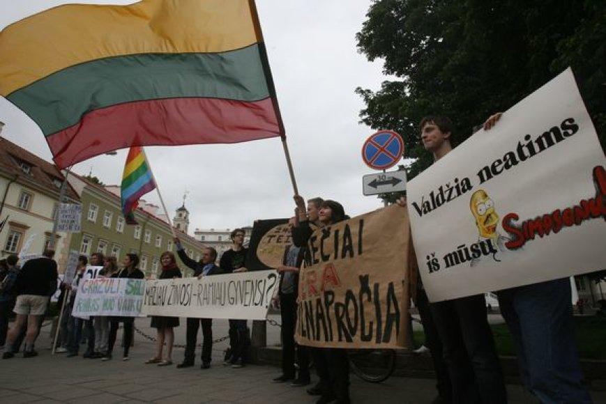 Penktadienio vidurdienį šalia Prezidentūros keliasdešimt jaunuolių su Lietuvos ir gėjų vėliavomis piketavo prieš Seimo priimtą naują Nepilnamečių apsaugos nuo neigiamo viešosios informacijos poveikio įstatymą.