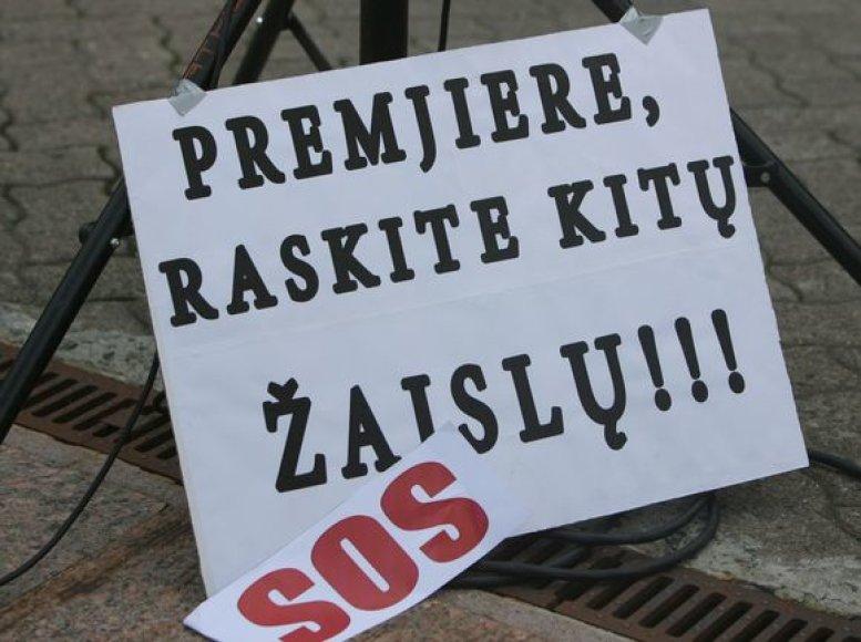 Neproporcingu taupymu pasipiktinusios Aktyvių mamų sambūrio atstovės ketvirtadienį vidurdienį surengė akciją šalia Seimo.