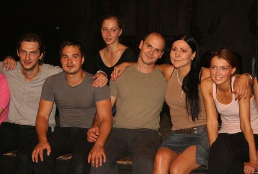 Tragiškai komiškame spektaklyje šoka aktoriai ir balerinos