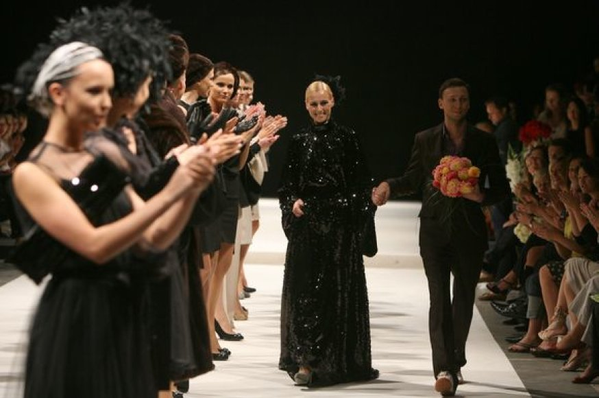 Dizaineriai pristatė naujausias 2009–2010 metų rudens/žiemos kolekcijų modelius. Į kolekcijų pristatymą atvyko daug visuomenėje žinomų žmonių.