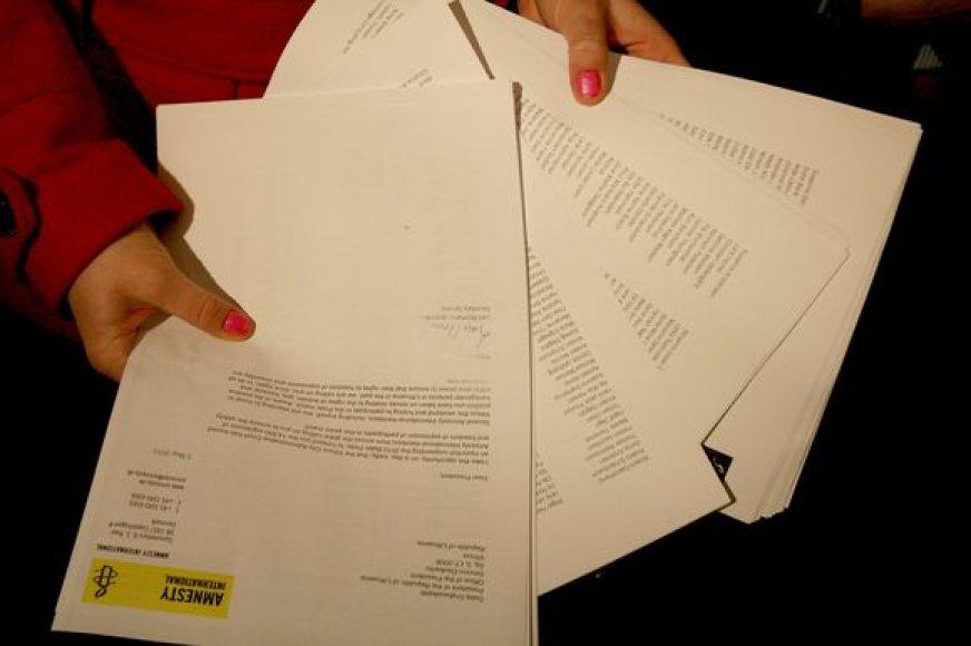Akcijos organizatoriai prezidentūros kanceliarijoje įteikė 14,5 tūkst. parašų.