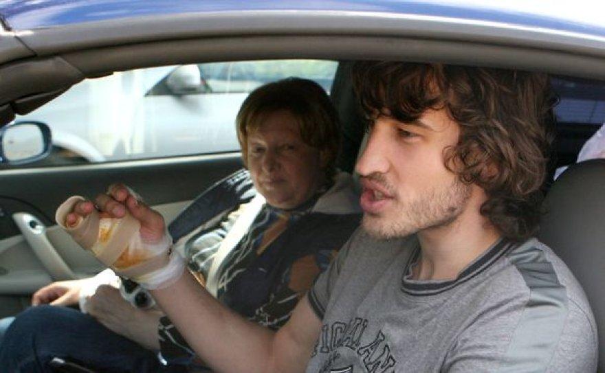 Simas Jasaitis su mama automobilyje
