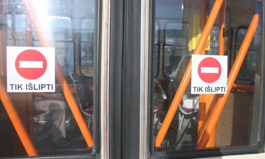 Nuo šiol į visuomeninį transportą vilniečiai lips tik per priekines duris