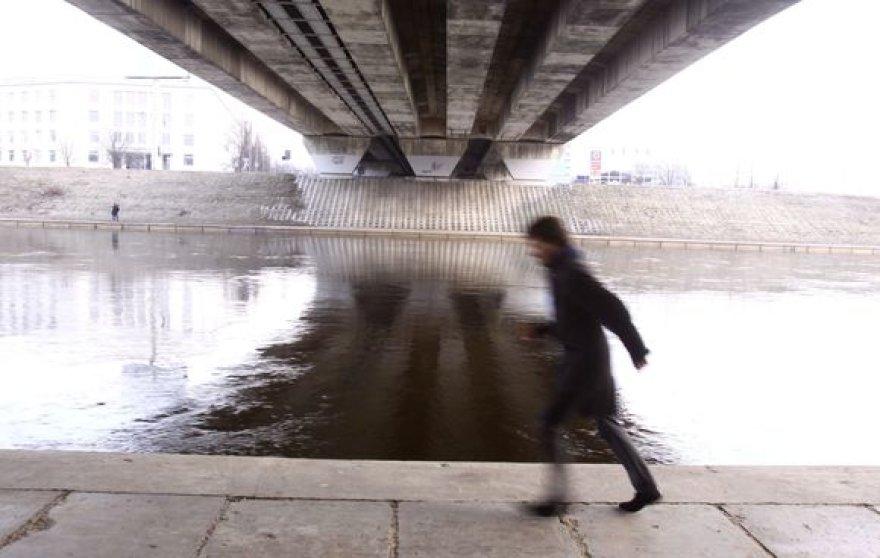 Pavakarę nusileidus prie Neries, gali matyti vagoje tarytum netelpantį jos vandenį, stebėti praeivių santykį su upe, mėginti aplenkti upės srovę.