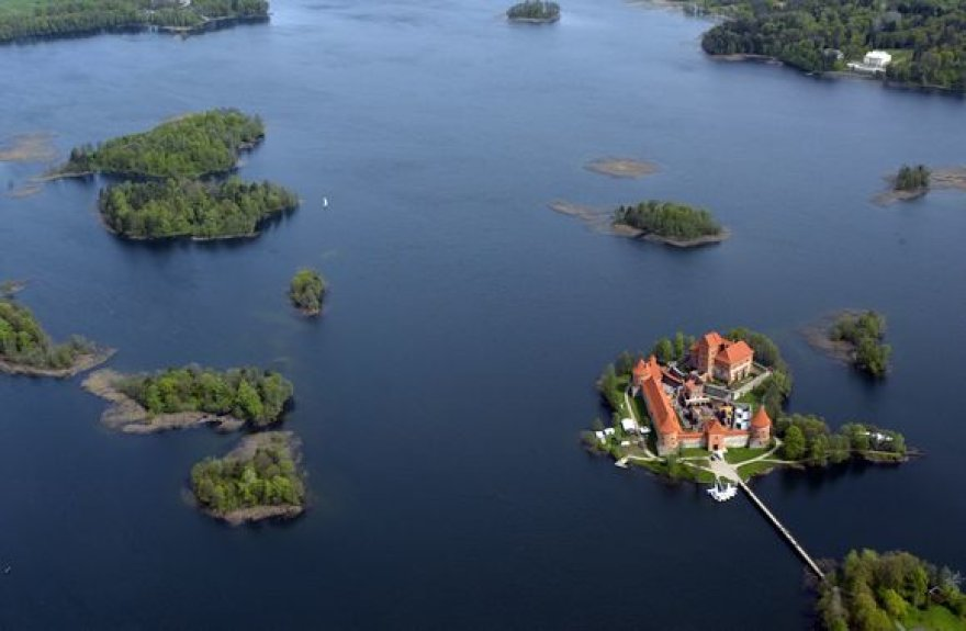 Vos 30 kilometrų nuo Vilniaus, tačiau kraštovaizdis – visai kitas. Gal dėl to Trakai tapo viena mėgstamiausių poilsio ir turistų traukos vietų.