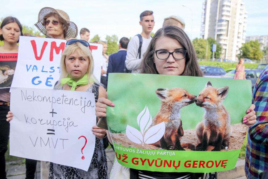 Irmanto Gelūno / 15min nuotr./Gyvūnų gynėjų protestas prie Valstybinės maisto ir veterinarijos tarnybos