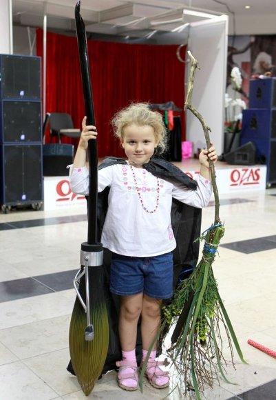 Už gražiausią šluotą apdovanota 5-erių Aušrinė iš Vilniaus