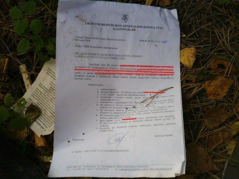 Šiukšlių krūvoje mėtėsi dokumentai su asmenų duomenimis.