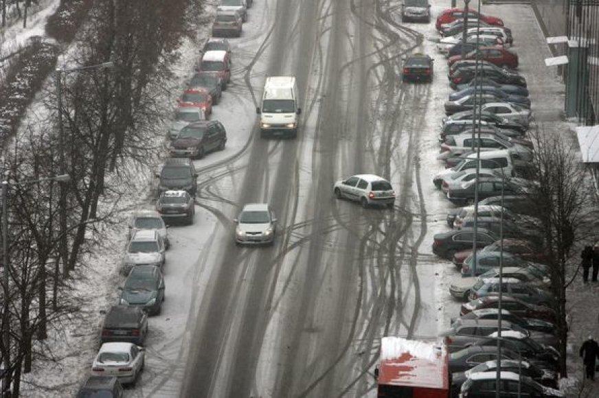 Prasidėjus pūgai gatves užklojo sniegas