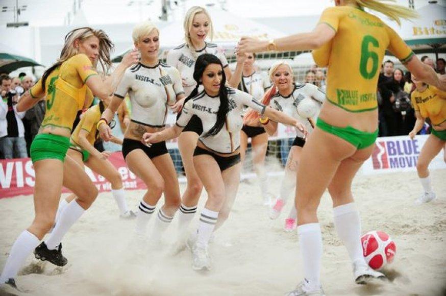Berlyne futbolą žaidė erotinių filmų aktorės