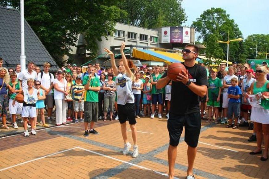 Palangoje jaunieji talentai jėgas išmėgino ir su Lietuvos rinktinės krepšininkais