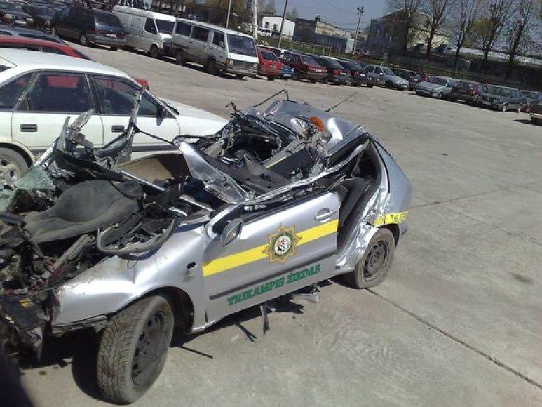 Saugos tarnybos automobilis po avarijos.