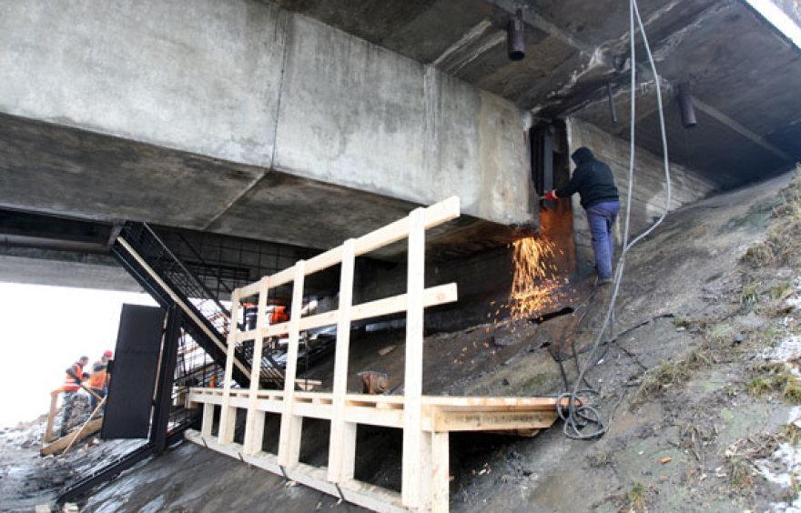 """Pasak """"Kauno tiltų"""" vadovo, tilto remonto darbai turėtų būti baigti iki gegužės 30 dienos. (2009-01-26)"""