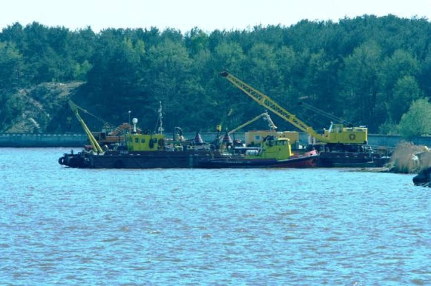 Manoma, kad Kuršių mariose ties laivų kapinynu po vandeniu yra apie 1500 tonų metalo laužo.