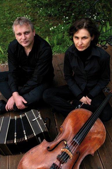 Sekmadienį Kaune pasirodys akordeonistas iš Austrijos Klaus Paier ir kroatė violončelininkė Asja Valcic.