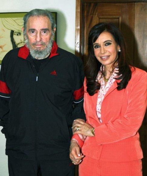 Fidelis Castro nuotraukoms pozavo apsirengęs treningu.