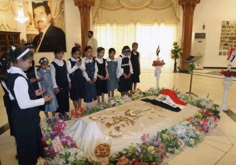 Prie diktatoriaus kapo rinkosi ir moksleiviai.