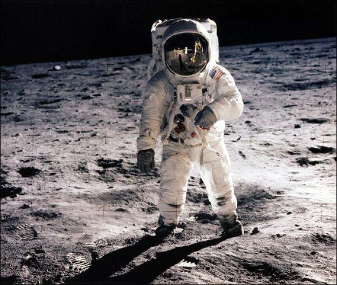 Pirmieji žingsniai Mėnulyje