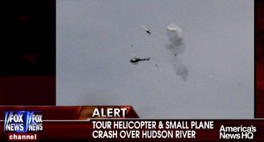 Momentas, kaip lėktuvas ir sraigtasparnis krenta į upę.