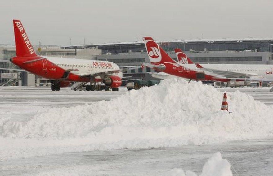 Sniegas Diuseldorfo oro uoste Vokietijoje