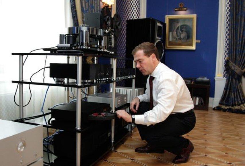 D.Medvedevas prie savo garso aparatūros