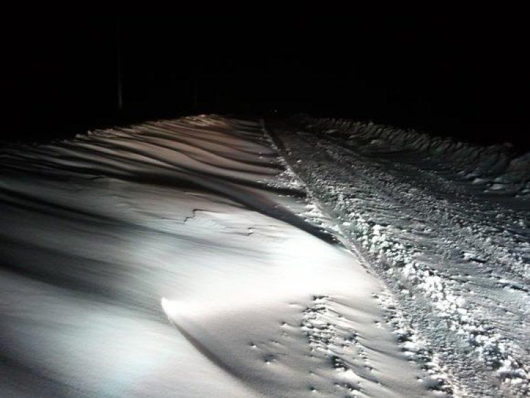 Taip naktį atrodė užpustyti keliai Šilutės rajone