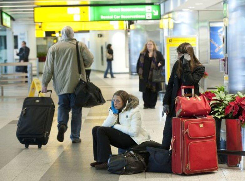 Keleiviai oro uostuose puola į neviltį
