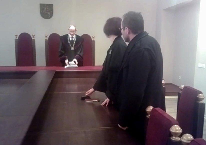 Nuosprendį su savo advokate ramiai išklausęs nuteistasis sakė svarstysiąs galimybę jį skųsti.
