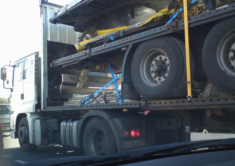 Asociatyvinė iliustracija: sunkvežimiai, padangos