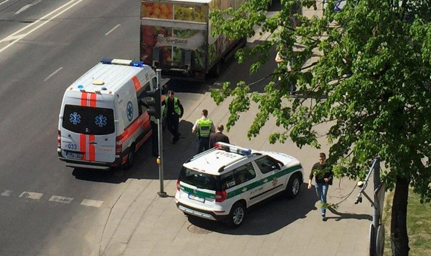 Įvykio liudininkės Giedrės nuotr./Į įvykio vietą buvo atvykę iš viso du policijos ekipažai ir greitosios pagalbos medikų brigada.