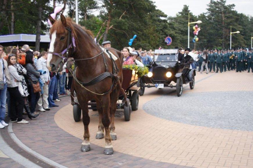 Pernai kurorto atidarymo šventės metu vyko teatralizuotas paradas.