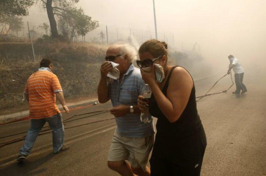 Žmonės bėga iš gaisro apimtų teritorijų