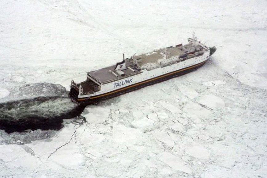 Leduos įstrigęs laivas