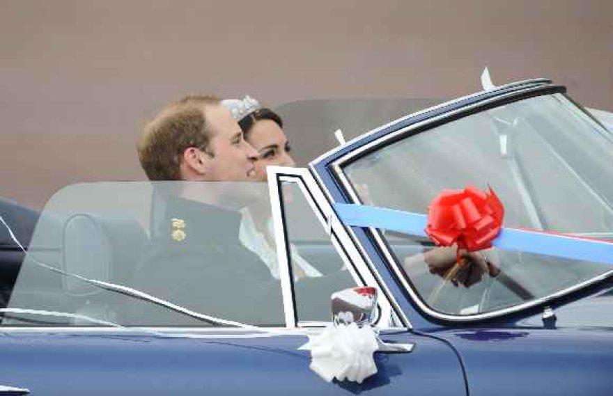 Princas Williamas pavėžino savo žmoną atviru automobiliu
