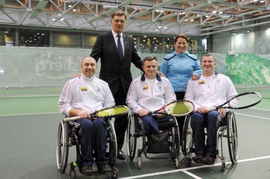 Lietuvos neįgaliųjų teniso rinktinė su A.Butkevičiumi ir E.Liachovičiūte.