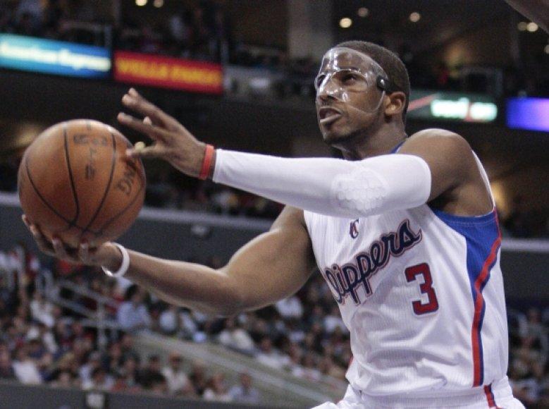 """""""Clippers"""" lyderis Chrisas Paulas žaidžia su kauke, saugančia lūžusią nosį."""